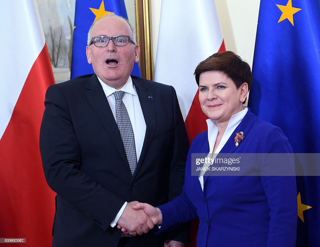 Polish Prime Minister Beata Szydlo (R) attends a meeting with European Commission Vice-President Frans Timmermans on May 24, 2016 in Warsaw. / AFP / JANEK