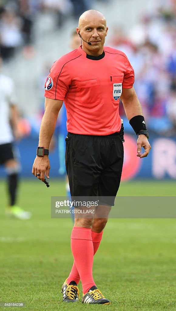 Polish referee Szymon Marciniak officiates the Euro 2016 round of 16 football match between Germany and Slovakia at the Pierre-Mauroy stadium in Villeneuve-d'Ascq near Lille on June 26, 2016. / AFP / PATRIK