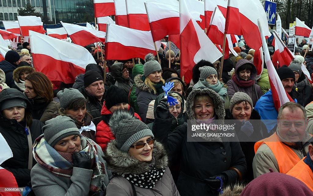 Polish shop owners hold a protest in front of parliament against a government plan to raise taxes on retailers, on February 11, 2016 in Warsaw. / AFP / JANEK SKARZYNSKI