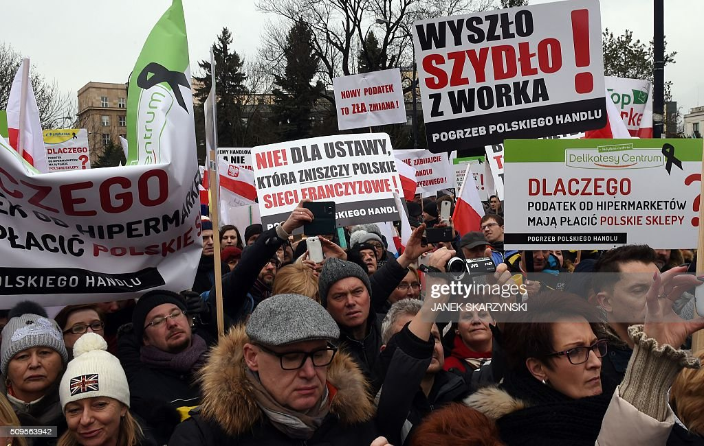 Polish shop owners hold a protest in front of parliament against a government plan to raise taxes on retailers, on February 11, 2016 in Warsaw. Banners read 'NO to a law that will destroy Polish franchise system'. / AFP / JANEK SKARZYNSKI