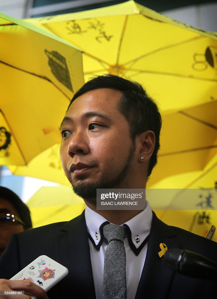Political activist Ken Tsang (C) addresses the media outside the Kowloon city court in Hong Kong on May 26, 2016 after he was found guilty of assaulting and resisting police officers during the 2014 pro-democracy protests. A Hong Kong pro-democracy activist who was allegedly beaten by police in an attack captured by television cameras and beamed around the world was found guilty on May 26 of assaulting and resisting police officers. / AFP / ISAAC