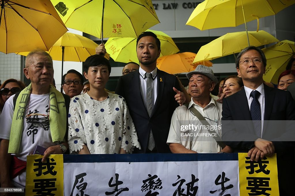 Political activist Ken Tsang (C) addresses the media with his supporters before entering the Kowloon city court to receive his verdict, in Hong Kong on May 26, 2016. A Hong Kong pro-democracy activist who was allegedly beaten by police in an attack captured by television cameras and beamed around the world was found guilty of assaulting and resisting police officers on May 26. / AFP / ISAAC