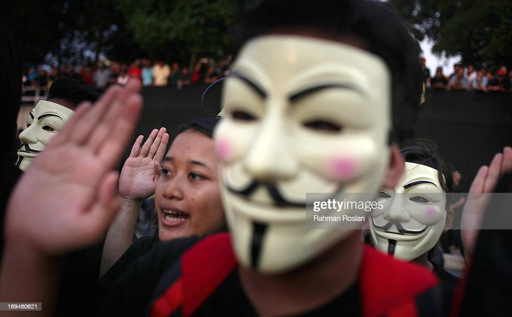 A political activist wears an anonymous mask as he and others make their pledge against election fraud during a political rally on May 25, 2013 in Kuala Lumpur, Malaysia. Thousands of supporters of Pakatan Rakyat (People's Pact/People's Alliance) gathered to voice their dissatisfaction over alleged election fraud in Malaysia's 13th General election result.