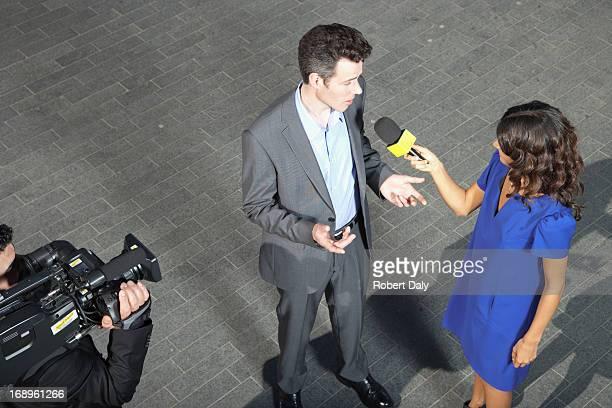 Politiker sprechen in reporters'Mikrofone