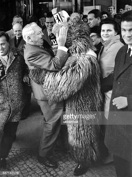 Politiker CDU D Bundeskanzler mit einem 'Berliner Bären' Januar 1965