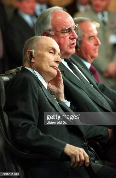 Politiker Frankreich Staatspräsident mit Bundeskanzler Helmut Kohl bei den 64 DeutschFranzösischen Konsultationen im Hintergrund der französische...