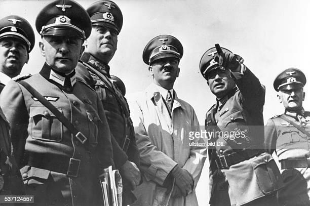 20041889 Politiker NSDAP D bei einer Inspektion des 'Westwalls' im Raum Aachen links neben Hitler General Wilhelm Keitel Chef des Oberkommandos der...