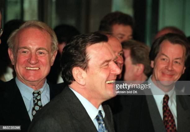 Politiker SPD D Ministerpräsident von Niedersachsen nach der Bekanntgabe der Johannes Rau Schröder Franz Müntefering lachen