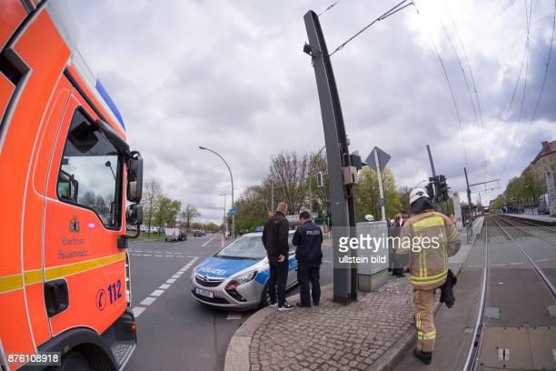 Polizei und Berliner Feuerwehr im Einsatz bei einem Verkehrsunfall in BerlinPrenzlauer Berg