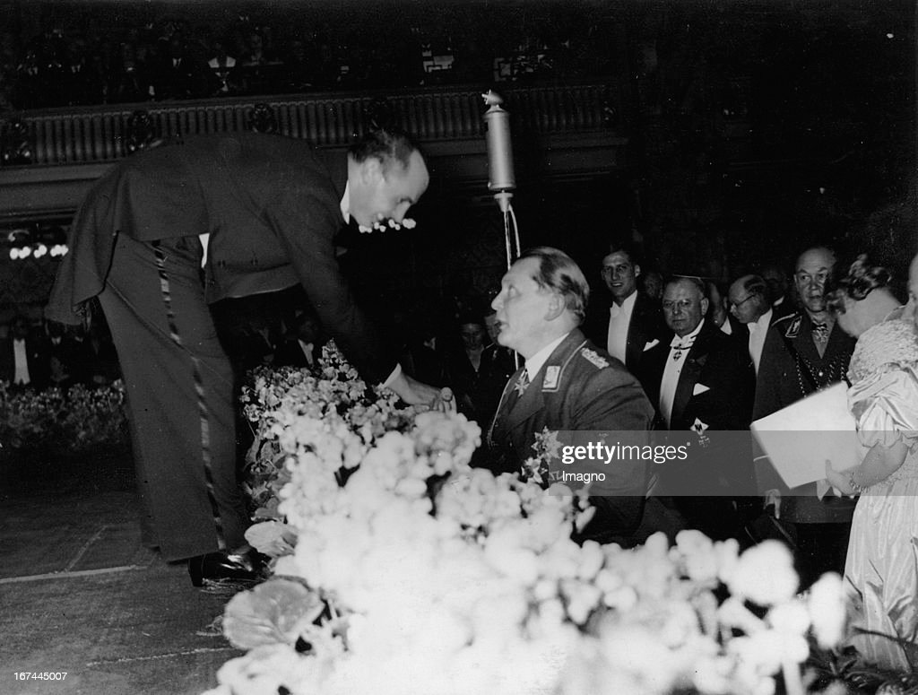 Polnish tenor Jan Kiepura talks with Hermann Göring. Opening of the German-Polnish-Institut in the Marmorsaal/Zoo. Berlin. 1935. Photograph. (Photo by Imagno/Getty Images) Der polnische Tenor Jan Kiepura im Gespräch mit Hermann Göring. Eröffnung des Deutsch-polnischen Instituts im Marmorsaal des Zoos. Berlin. 1935. Photographie.