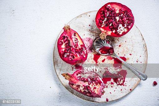 Pomegranate cut on board : Stockfoto