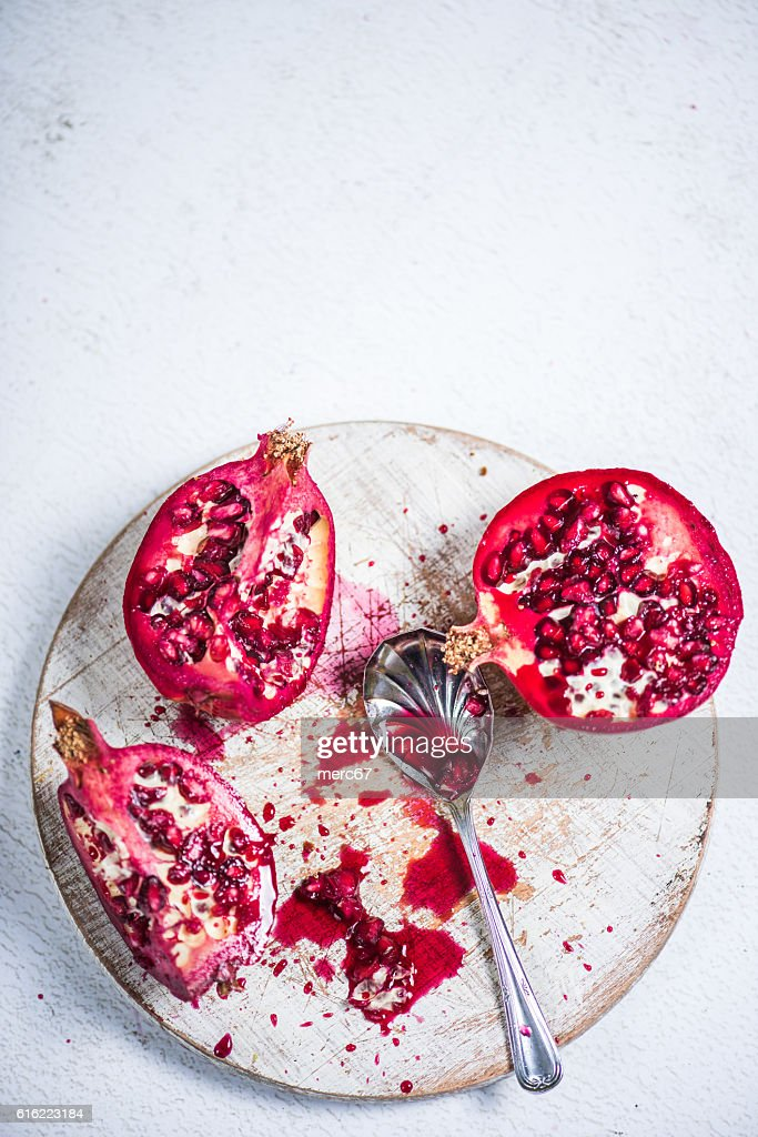 Pomegranate cut on board : Stock-Foto