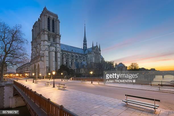 Pont au Double & Cathédrale Notre-Dame de Paris