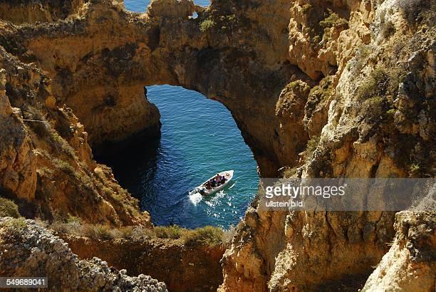 Ponta da Piedale Grotten Felsformationen und Toren das Motorboot verläßt gerade eine der Grotten