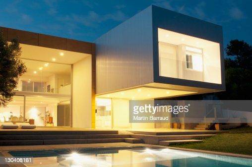 Piscina allesterno della casa moderna al crepuscolo foto for Esterno casa moderna