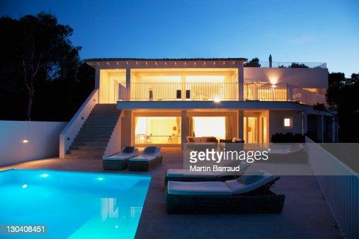 Piscina allesterno della casa moderna al crepuscolo foto for Architettura moderna della casa