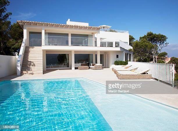 À l'extérieur de la maison moderne avec piscine