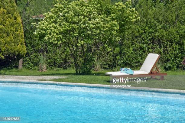 Lettini a bordo piscina