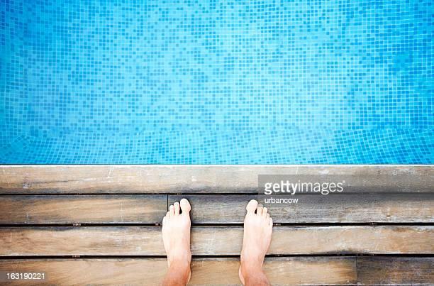 Au bord de la piscine avec pieds
