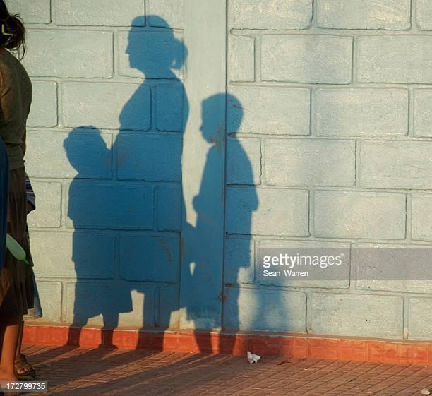 Pauvre famille dans l'ombre