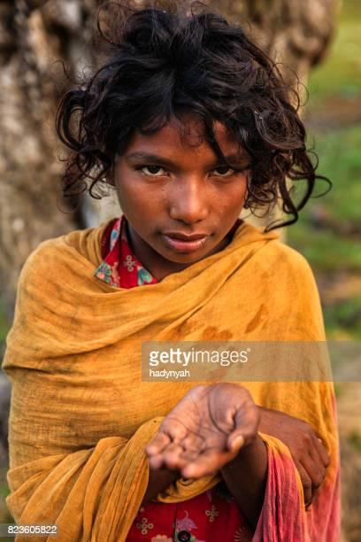 Pauvre fille indienne demande soutien