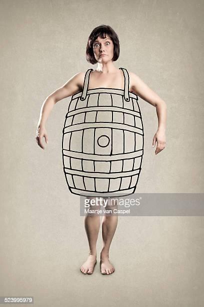 Arme Frau mit einem Holzfass-Konzept-lustiger