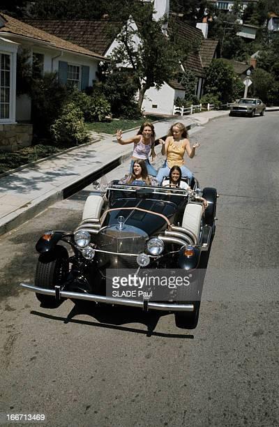 Pop Music In Los Angeles Aux EtatsUnis à Los Angeles en décembre 1973 quatre jeunes femmes portant des vêtements dans le style hippie faisant partie...