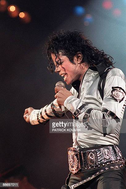 US pop star and entertainer Michael Jackson performs during a concert at the Parc des Prince stadium in Paris France on June 27 1988 Michael Jackson...