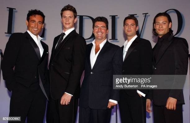 Pop svengali Simon Cowell poses with his new band Il Divo from left to right Carlos Marin baritone from Spain David Miller tenor from USA Sebastien...
