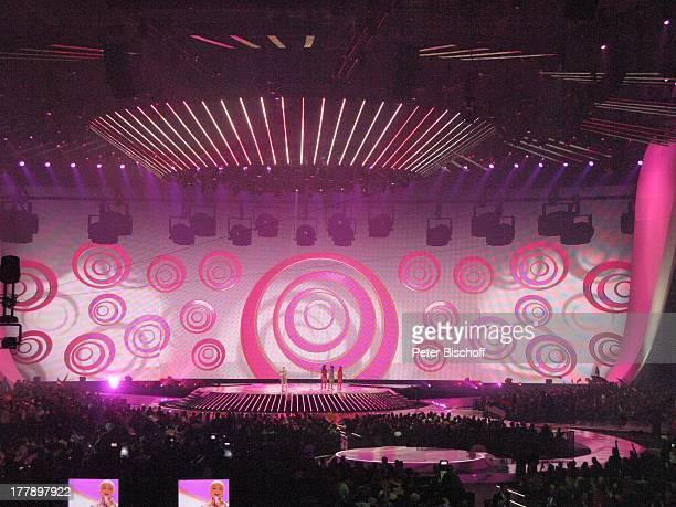 PopArtL e i n w a n dEffekte beim Auftritt von Nina BackgroundSängerinnen davor Publikum Finale ARDMusikshow 'Eurovision Song Contest 2011'...