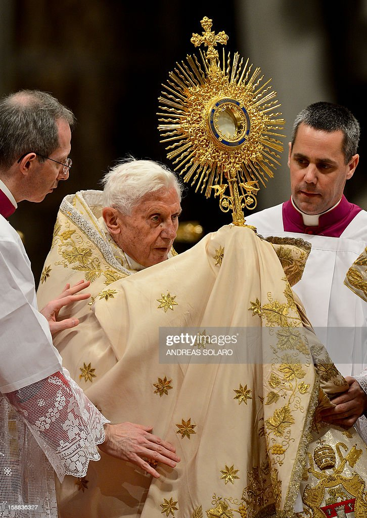 Pope Benedict XVI celebrates the Vespers and Te Deum prayers in Saint Peter's Basilica at the Vatican on December 31, 2012. AFP PHOTO / ANDREAS SOLARO