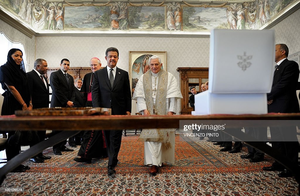 Pope Benedict XVI exchanges gifts with Dominican Republic's President Leonel Fernandez (6th L) at the end of a private audience in the pontiff's private studio at the Vatican on May 21, 2010.