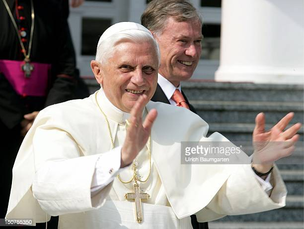 Pope BENEDIKT XVI at the meeting with the Federal President Horst KOEHLER in front of the Villa Hammerschmidt during the World Youth Day 2005
