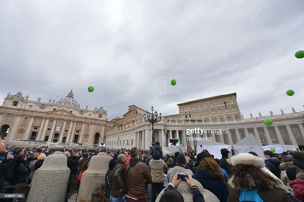 Pope Francis addresses the crowd from the window of the apostolic palace overlooking St Peter's square during the Sunday Angelus prayer, on February 7, 2016 in Vatican. / AFP / TIZIANA FABI
