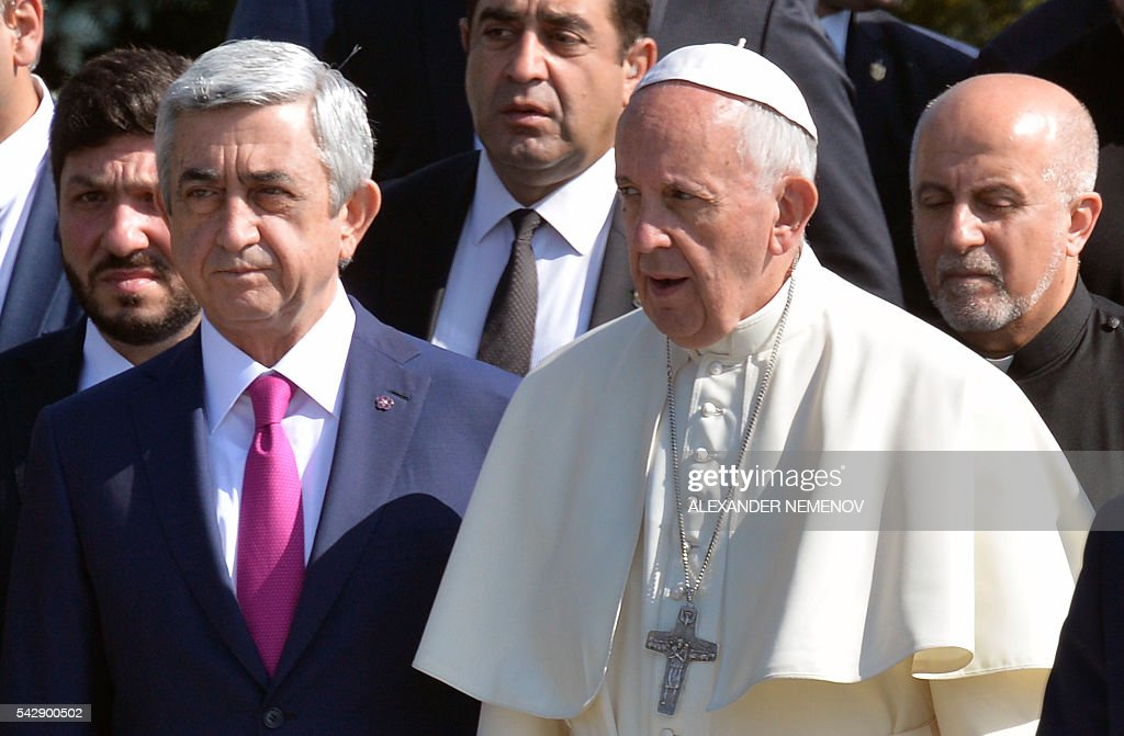 Pope Francis and Armenia's President Serzh Sarkisian attend a ceremony in commemoration of Armenians killed by Ottoman forces during World War I at the Tsitsernakaberd Genocide Memorial in Yerevan on June 25, 2016. / AFP / ALEXANDER