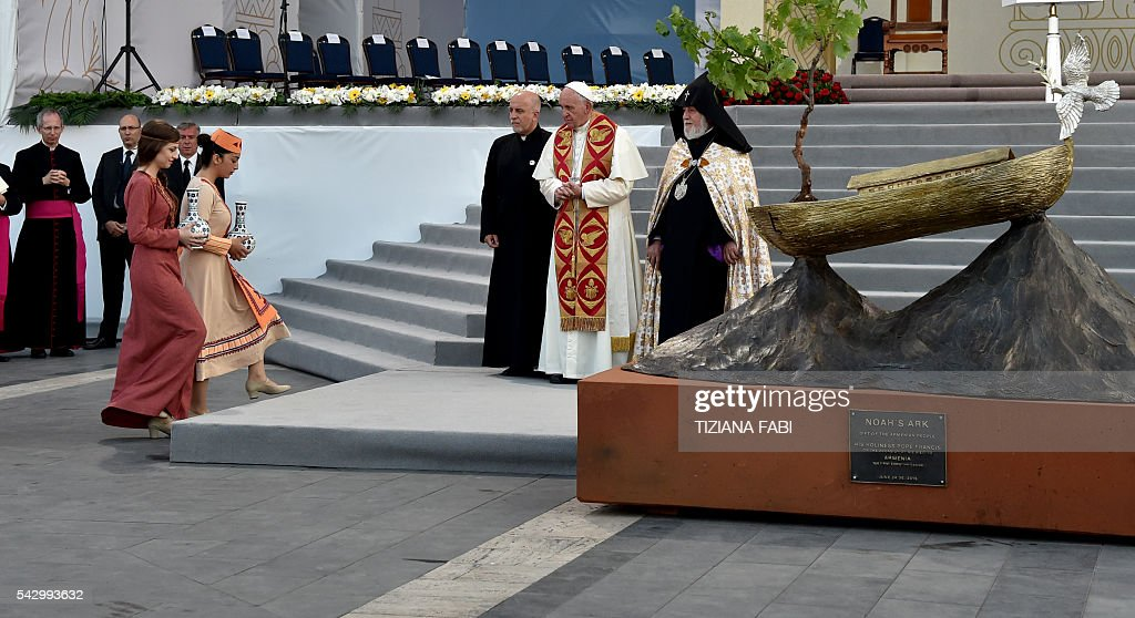 Pope Francis and Catholicos of All Armenians Karekin II attend an ecumenical meeting and a prayer for peace in Yerevan's Republic Square on June 25, 2016. / AFP / TIZIANA