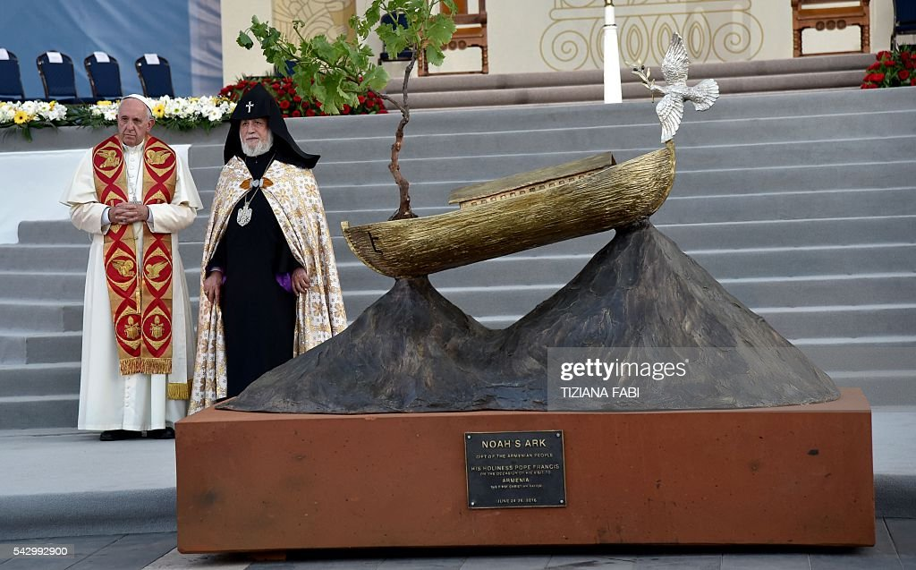 Pope Francis and Catholicos of All Armenians Karekin II stand by a Noah's Ark sculpture during an ecumenical meeting and a prayer for peace in Yerevan's Republic Square on June 25, 2016. / AFP / TIZIANA