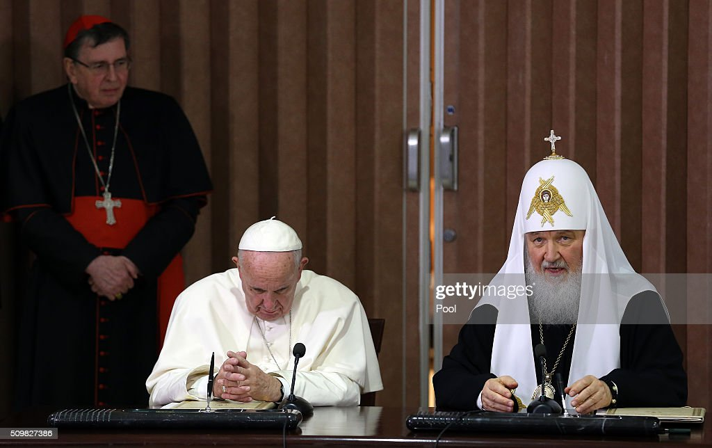 Pope Francis (L) and the head of the Russian Orthodox Church, Patriarch Kirill (R), deliver a joint press conference during a historic meeting in Havana on February 12, 2016. Pope Francis and Russian Orthodox Patriarch Kirill kissed each other and sat down together Friday at Havana airport for the first meeting between their two branches of the church in nearly a thousand years. AFP PHOTO / POOL - Alejandro Ernesto / AFP / POOL / ALEJANDRO ERNESTO