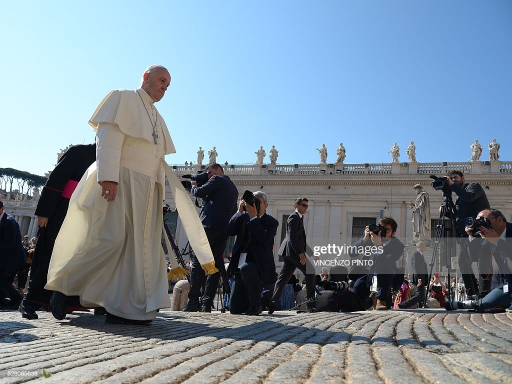 Pope Francis arrives at St. Peter's square in the Vatican for his weekly general audience on May 4, 2016. / AFP / VINCENZO