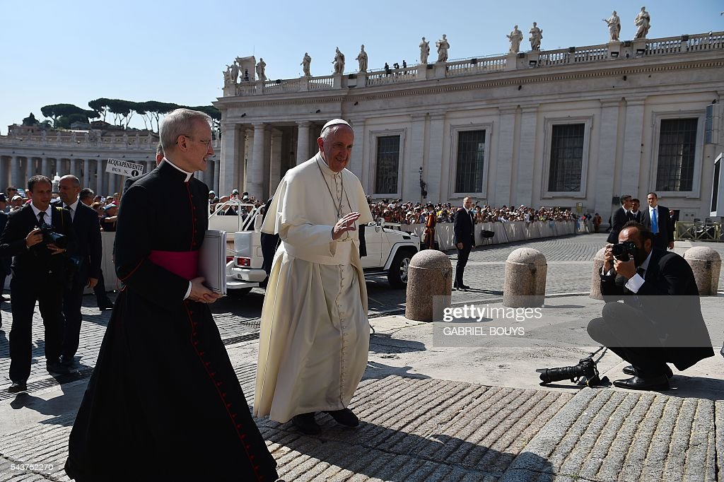 Pope Francis (C) arrives for a Jubilee audience at St Peter's square on June 30, 2016 in Vatican. / AFP / GABRIEL
