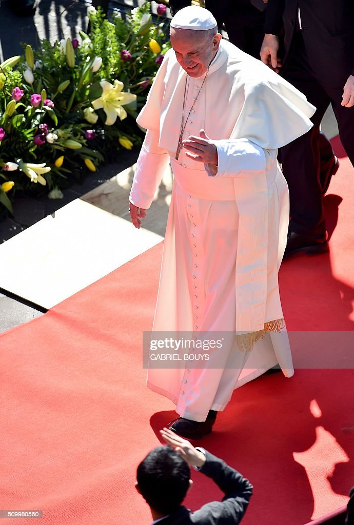 Pope Francis arrives for a meeting with the Bishops of Mexico at the Cathedral in Mexico on February 13, 2016. Pope Francis is in Mexico for a trip encompassing two of the defining themes of his papacy: bridge-building diplomacy and his concern for migrants seeking a better life. AFP PHOTO / GABRIEL BOUYS / AFP / GABRIEL BOUYS