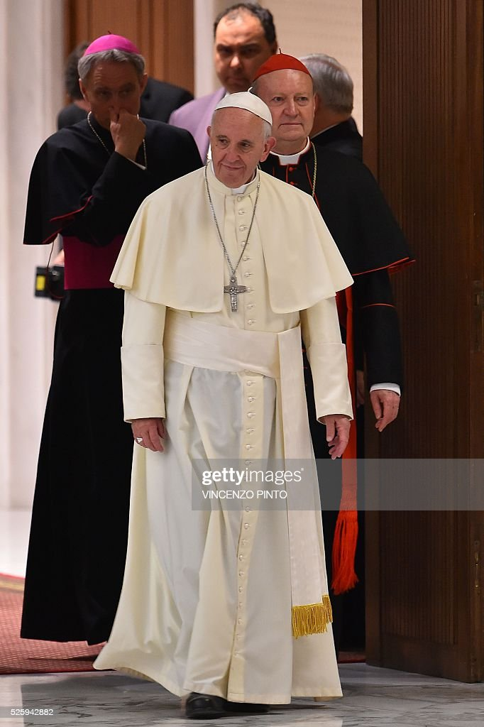Pope Francis arrives for an audience to the participants of the International Conference on the Progress of Regenerative Medicine and Its Cultural Impact, on April 29, 2016 at the Paul VI audience hall in Vatican. US Vice-President Joe Biden, delivered a speech as part of the conference before the arrival of Pope Francis. / AFP / VINCENZO