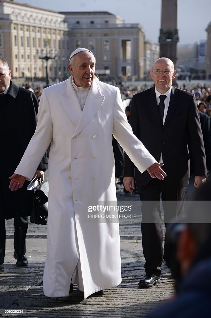 Pope Francis arrives for his weekly general audience on February 10, 2016 at St Peter's square in Vatican. / AFP / FILIPPO MONTEFORTE