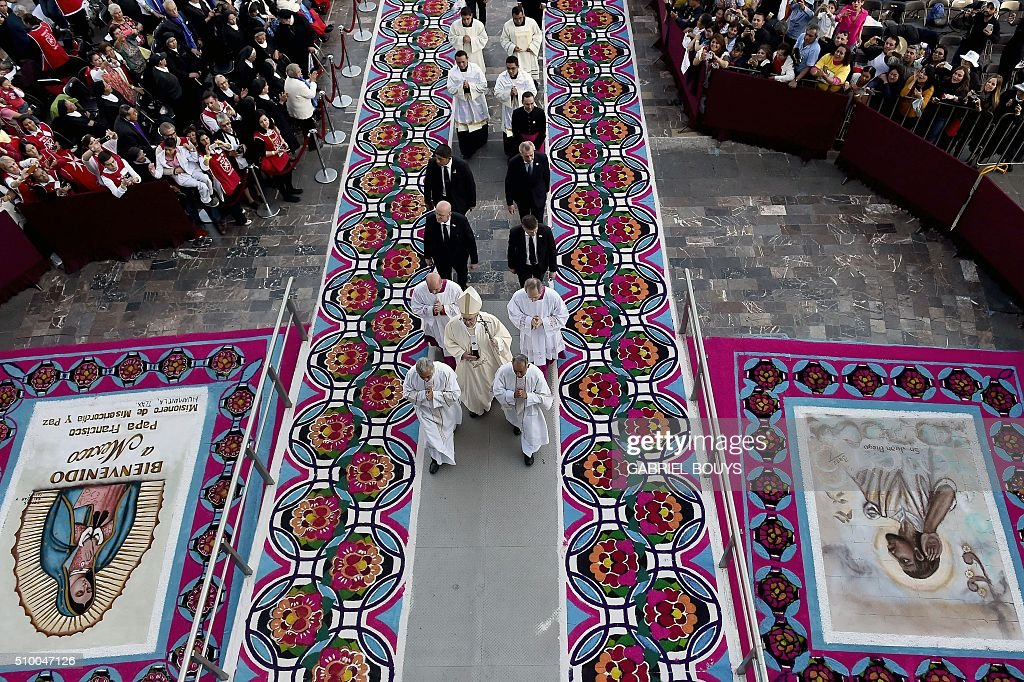 Pope Francis (C) arrives to celebrate a Holy Mass in the Basilica of Our Lady of Guadalupe in Mexico on February 13, 2016. Pope Francis is in Mexico for a trip encompassing two of the defining themes of his papacy: bridge-building diplomacy and his concern for migrants seeking a better life. AFP PHOTO / GABRIEL BOUYS / AFP / GABRIEL BOUYS