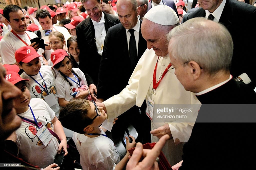 Pope Francis attends a meeting with 400 children from the south of Italy, Calabria, including children of migrants, on May 28, 2016 at the Vatican. / AFP / VINCENZO