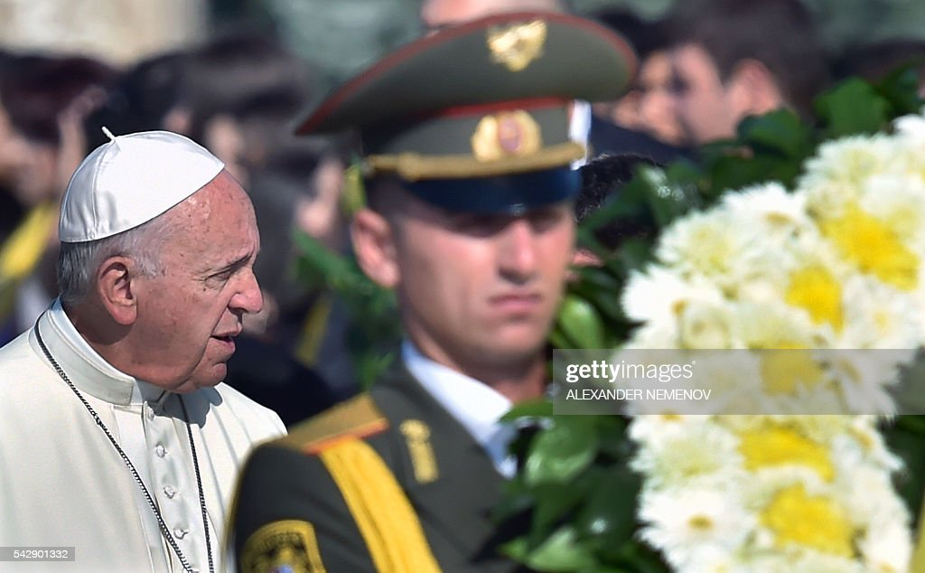 Pope Francis attends a wreath-laying ceremony at the Tsitsernakaberd Armenian Genocide Memorial in Yerevan on June 25, 2016. / AFP / ALEXANDER