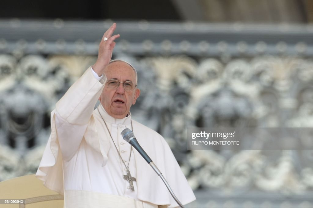 Pope Francis blesses the crowd at the end of his weekly general audience at St Peter's square on May 25, 2016 in Vatican. / AFP / Filippo MONTEFORTE