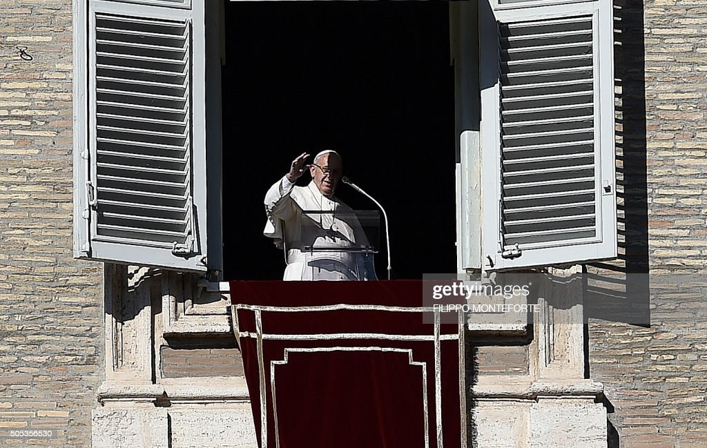 Pope Francis blesses the faithfulls gathered in St Peter's Square at the Vatican to follow his Sunday Angelus prayer on January 17, 2016. / AFP / FILIPPO MONTEFORTE