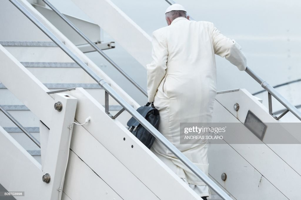 Pope Francis boards a plane to Cuba for a historic meeting with Russian Patriarch Kirill before his trip to Mexico for a five-day visit, on February 12, 2016 at Fiumicino airport, near Rome. / AFP / ANDREAS SOLARO