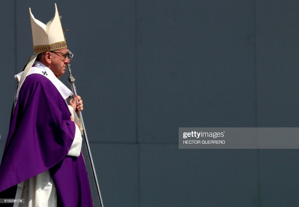 Pope Francis celebrates an open-air mass in Ecatepec --a rough, crime-plagued Mexico City suburb-- on February 14, 2016. Pope Francis has chosen to visit some of Mexico's most troubled regions during his five-day trip to the world's second most populous Catholic country. AFP PHOTO/Hector GUERRERO / AFP / HECTOR GUERRERO